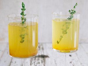 Имбирный напиток в стаканах