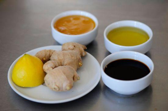 Имбирь, лимон, мед, соевый соус и растительное масло