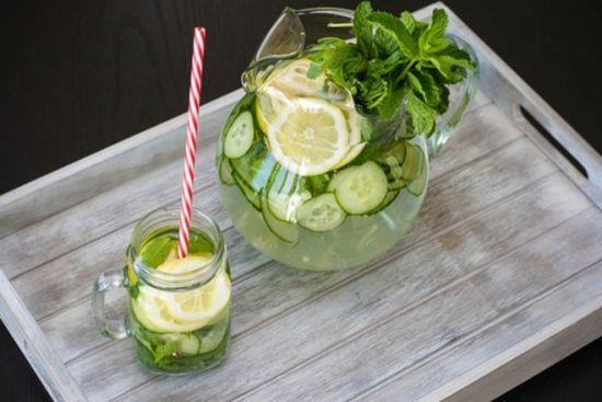 Напиток с лимоном, огурцом и мятой