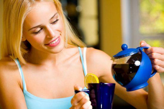 Девушка наливает чай с лимоном