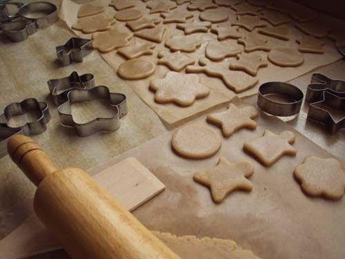 Вырезание имбирного печенья