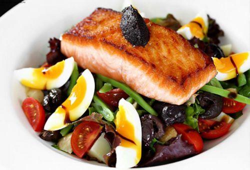 Рыба с яйцами и овощами