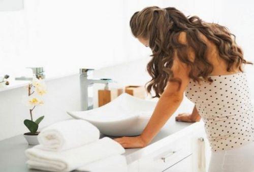 Женщина перед умывальником
