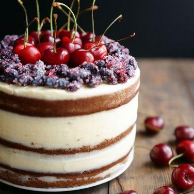 Торт украшенный вишенками