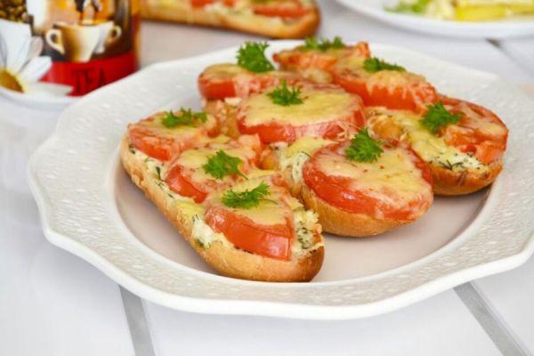 Багет с колбасой, сыром и помидорами