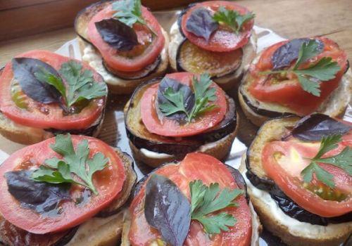 Бутерброды с баклажанами и чесночным соусом