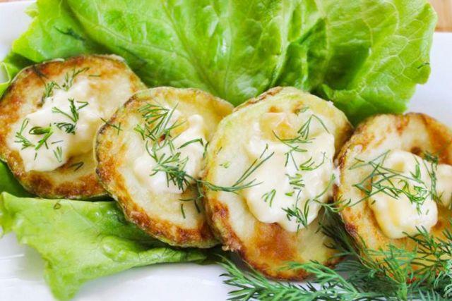 Жареные кабачки на листе салата