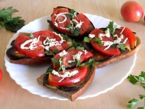 Бутерброды с чесноком и помидорами