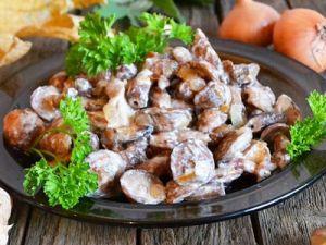 Жареные грибы в сметане с луком